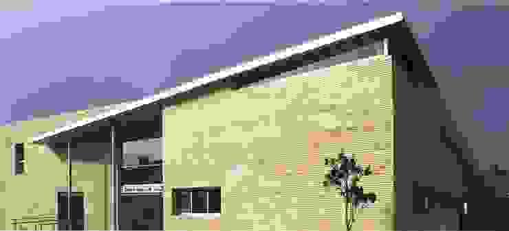 Vista de la entrada principal al centro de Salud de Argola Arquitectos Moderno