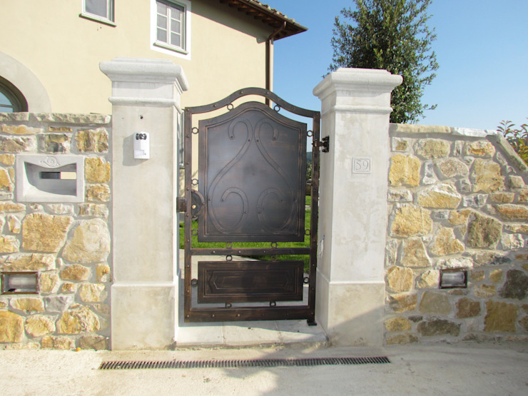 Cancello artistico in ferro, colonne in travertino, cassetta della posta in travertino Garden House Lazzerini GiardinoAccessori & Decorazioni