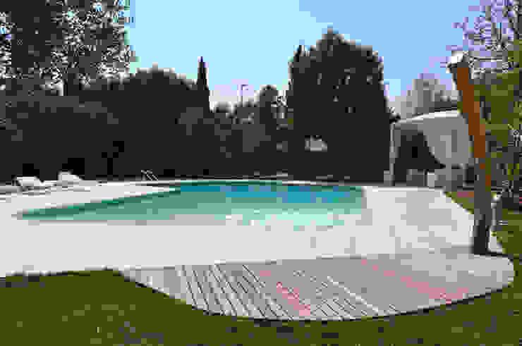 Giardino con piscina MMR di leìdea Moderno