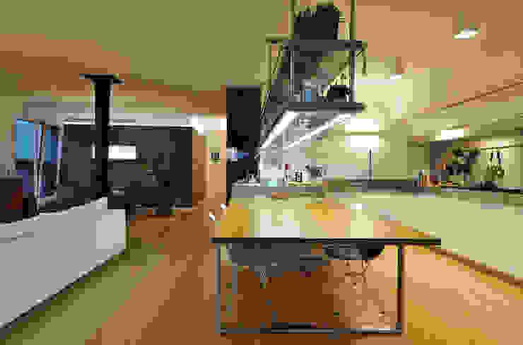Modern kitchen by +studi Modern