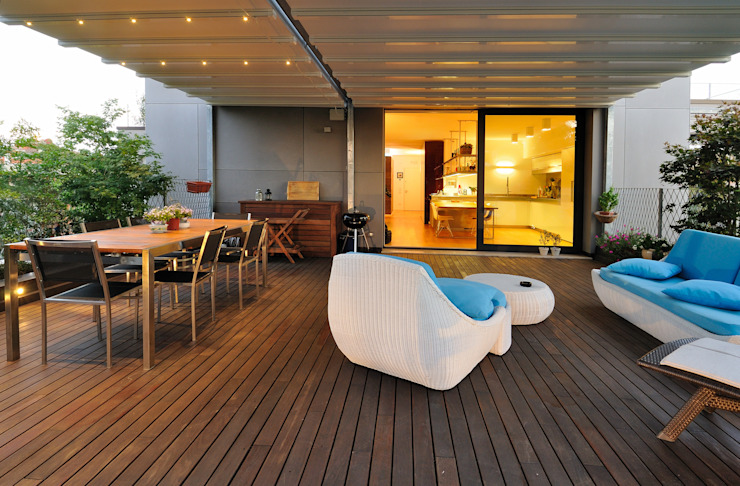 +studi: terrazza attico L+S Balcone, Veranda & Terrazza in stile moderno di +studi Moderno