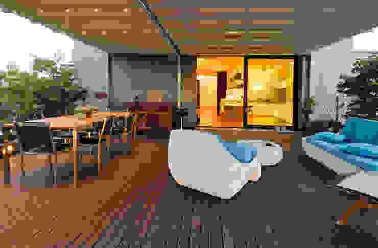 Terrasse de style  par +studi, Moderne