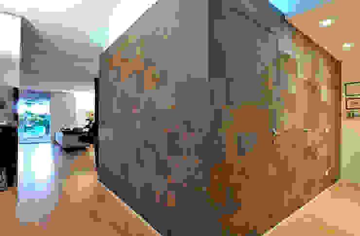 +studi: ingresso attico L+S Ingresso, Corridoio & Scale in stile moderno di +studi Moderno