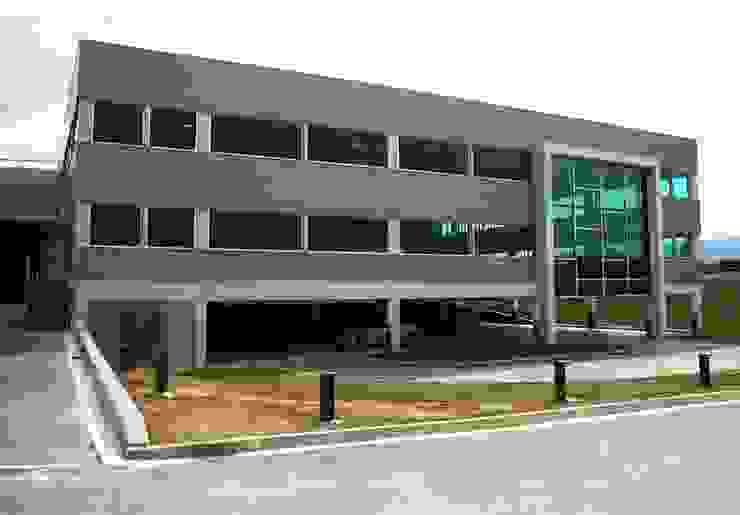 Fachada trasera, garaje y almacén Oficinas y tiendas de estilo moderno de arquitectura & diseño mobilarte, s.a. Moderno
