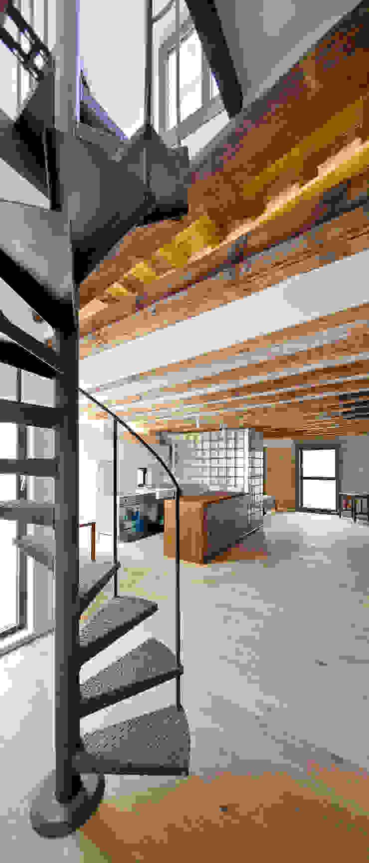 ESCALERA ACCESO TERRAZA Cocinas de estilo mediterráneo de Alex Gasca, architects. Mediterráneo