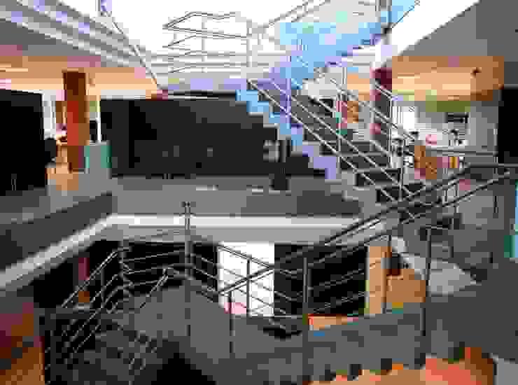 Escalera Oficinas y tiendas de estilo moderno de arquitectura & diseño mobilarte, s.a. Moderno