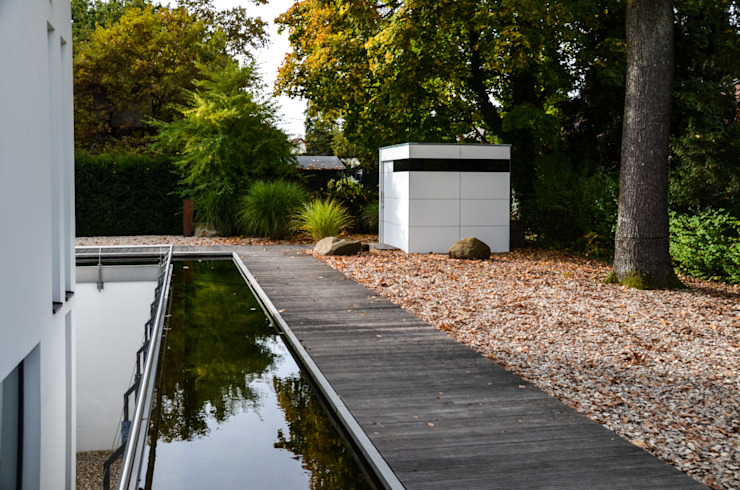 Garagens e arrecadações minimalistas por design@garten - Alfred Hart - Design Gartenhaus und Balkonschraenke aus Augsburg Minimalista Compósito de madeira e plástico