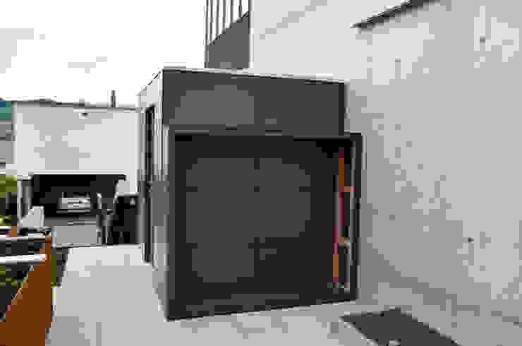 gartenhaus @gart mit Holzlager @wood Minimalistische Garagen & Schuppen von design@garten - Alfred Hart - Design Gartenhaus und Balkonschraenke aus Augsburg Minimalistisch Holz-Kunststoff-Verbund