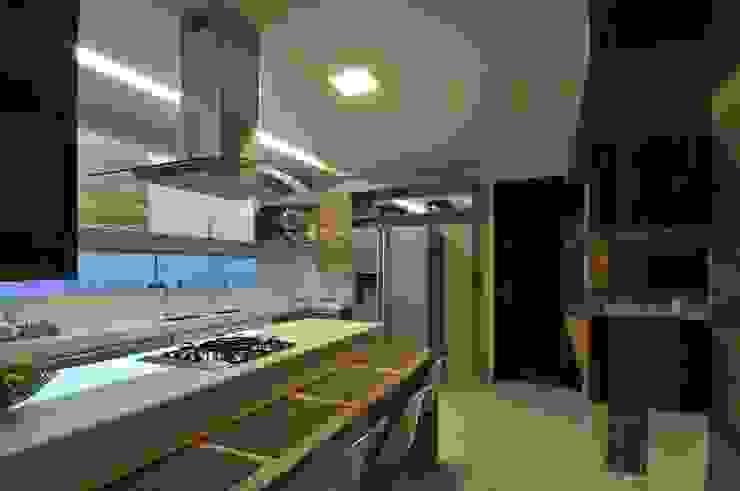 Modern kitchen by Espaço Cypriana Pinheiro Modern