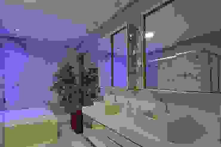 Modern bathroom by Espaço Cypriana Pinheiro Modern