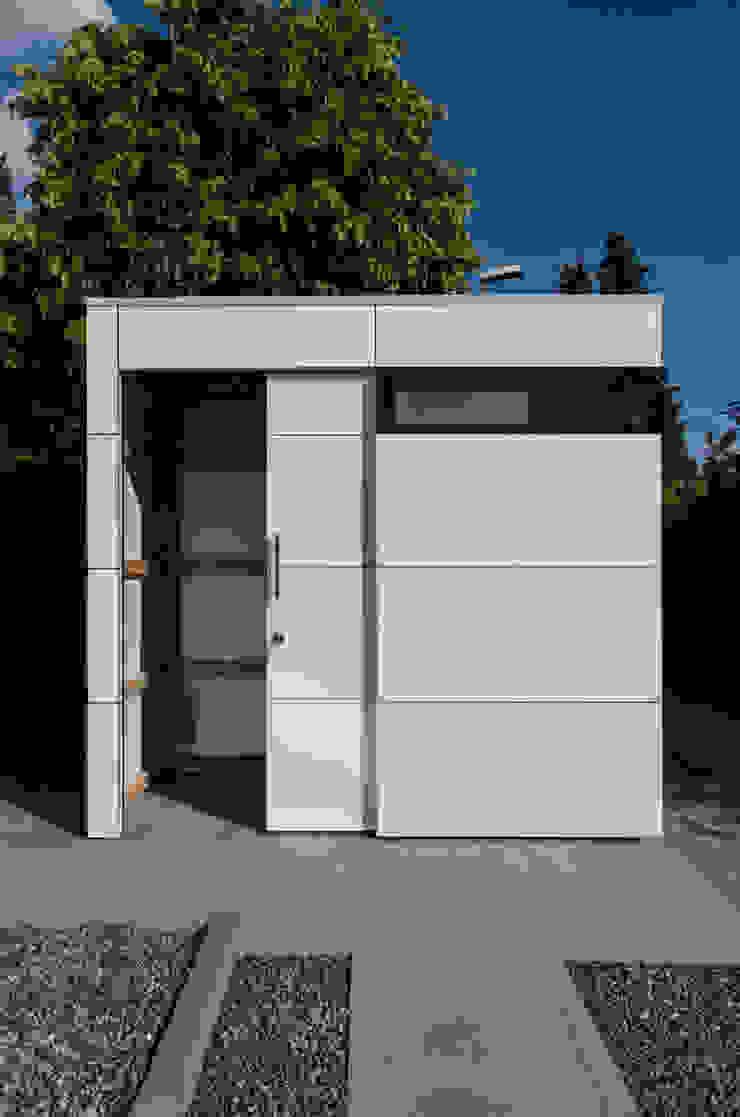 design@garten - Alfred Hart - Design Gartenhaus und Balkonschraenke aus Augsburg โรงรถและหลังคากันแดด ไม้ผสมพลาสติก White
