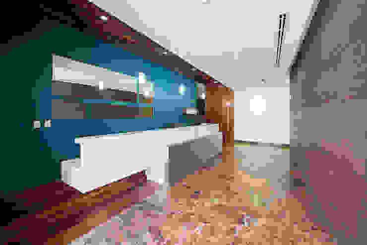 Modern corridor, hallway & stairs by ESTUDIO TANGUMA Modern