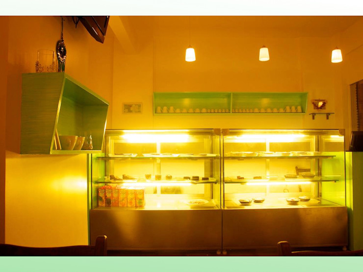 Yellow Tree Cafe at Lokhandwala Tropical style gastronomy by Design Kkarma (India) Tropical