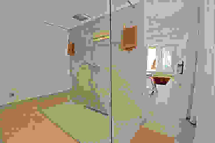 Loft Baños de estilo moderno de Ivan Torres Architects Moderno