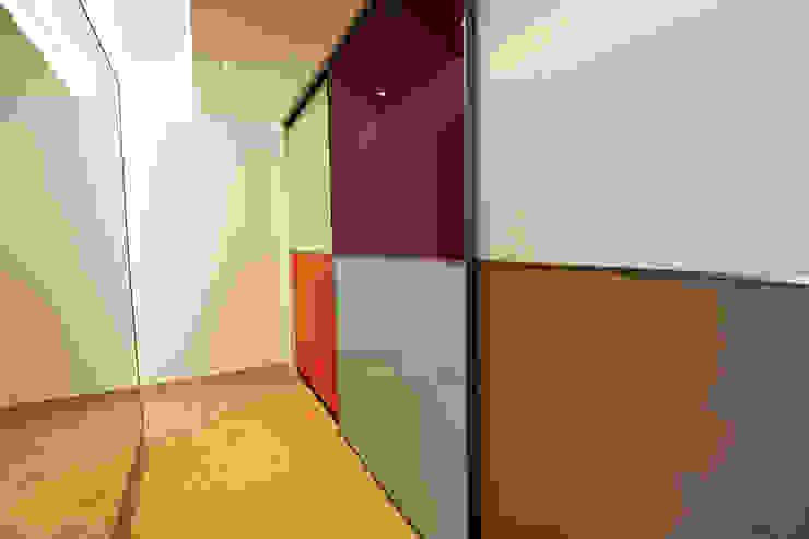 Loft Pasillos, vestíbulos y escaleras de estilo moderno de Ivan Torres Architects Moderno