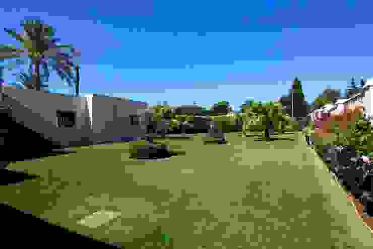 Classic style garden by Bernadó Luxury Houses Classic