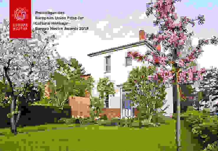 Apfel- und Kirschblüte im Garten Ausgefallene Häuser von Katrin Lesser Ausgefallen