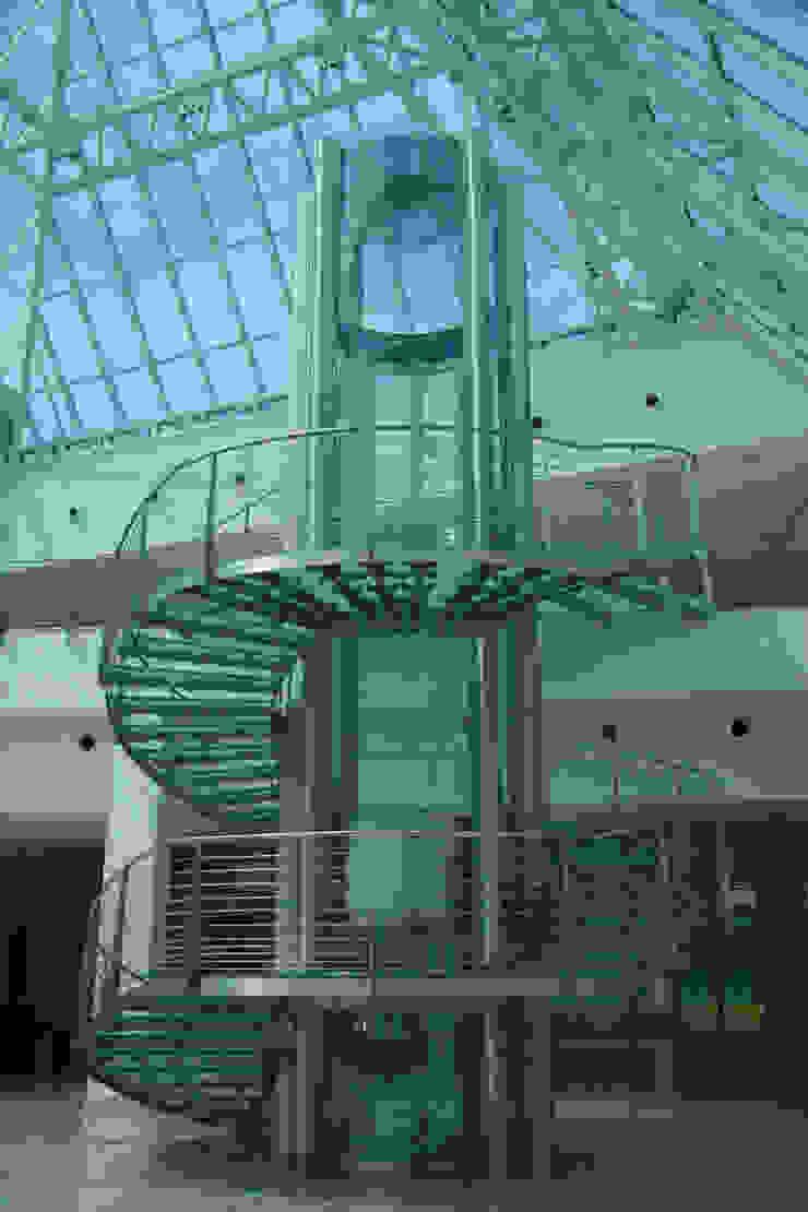 Scala in vetro antiscivolo Complesso d'uffici moderni di Vitrealspecchi Spa Moderno