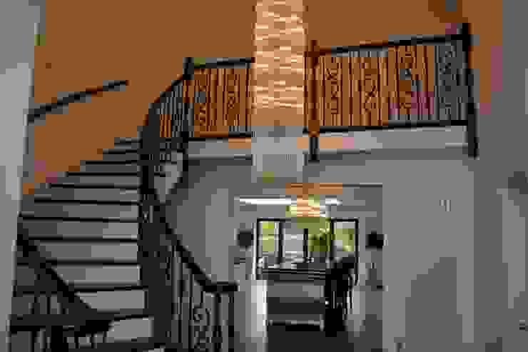 Lighting and Stairs as one . Коридор, прихожая и лестница в классическом стиле от Sovereign Stairs Классический