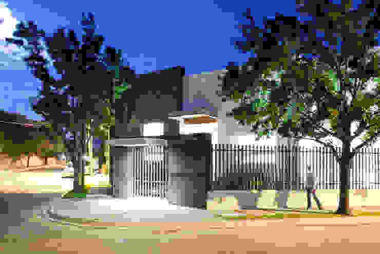 Fachada Paredes y pisos de estilo moderno de NZA Moderno