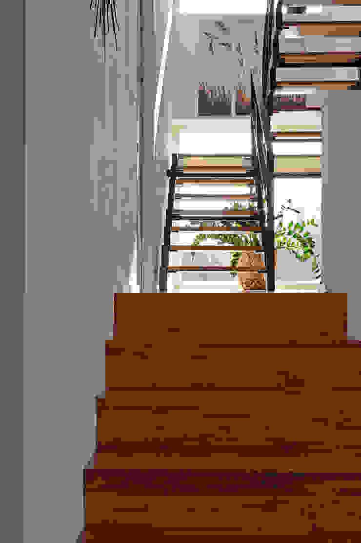 Einfamilienhaus mit Einliegerwohnung in Freising Herzog-Architektur Moderner Flur, Diele & Treppenhaus