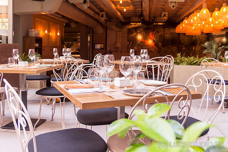 Terraza del restaurante Marieta. Gastronomía de estilo moderno de Luzestudio - Fotografía de arquitectura e interiores Moderno