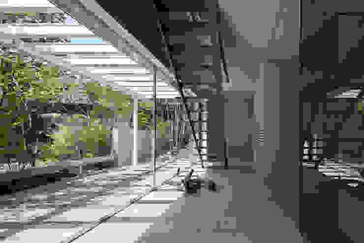 House for green,breeze and light モダンスタイルの 玄関&廊下&階段 の Yaita and Associaes モダン