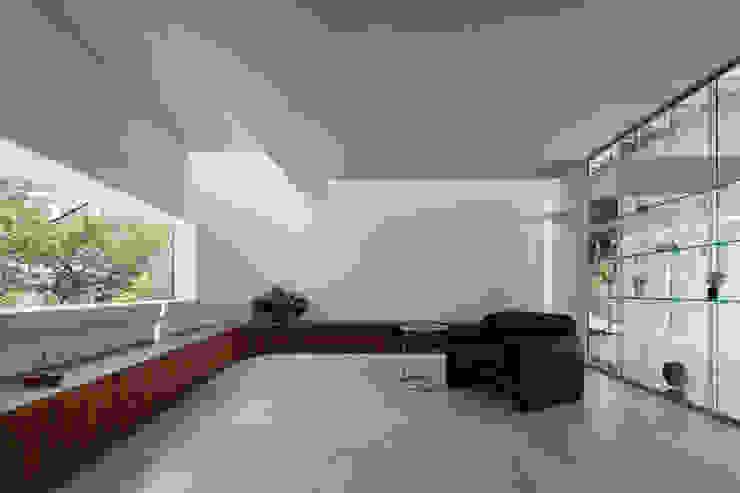 House for green,breeze and light モダンデザインの リビング の Yaita and Associaes モダン