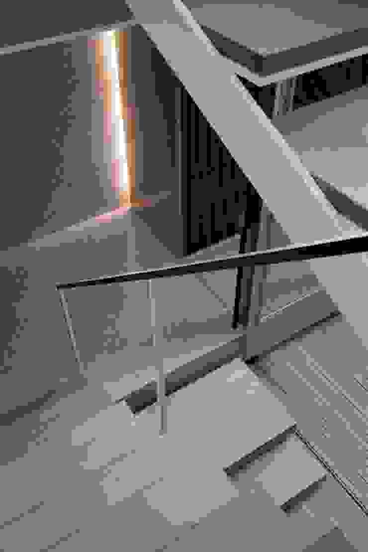 PATIO モダンスタイルの 玄関&廊下&階段 の Yaita and Associaes モダン
