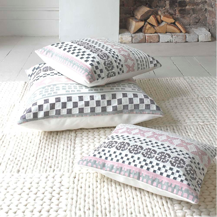 Hiccup cushion di homify Scandinavo