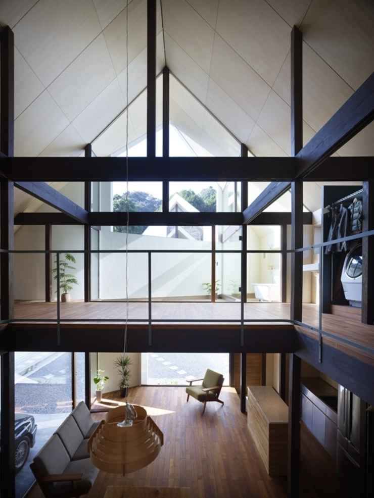 A House Made of Two モダンな 家 の Naf Architect & Design モダン