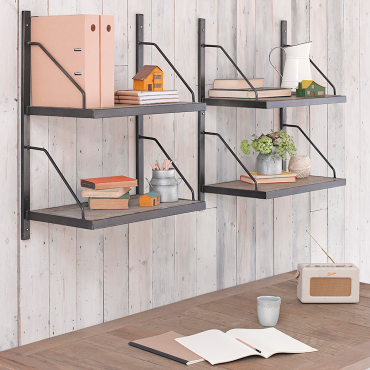 Carriage Shelves de homify Minimalista