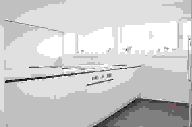 Haus B - Regensburg Minimalistische Küchen von brandl architekten . bda Minimalistisch