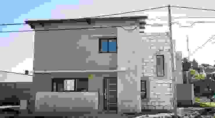 モダンな 家 の Cooperativa de Trabajo Habitat y Construccion la Integral Ltda. モダン