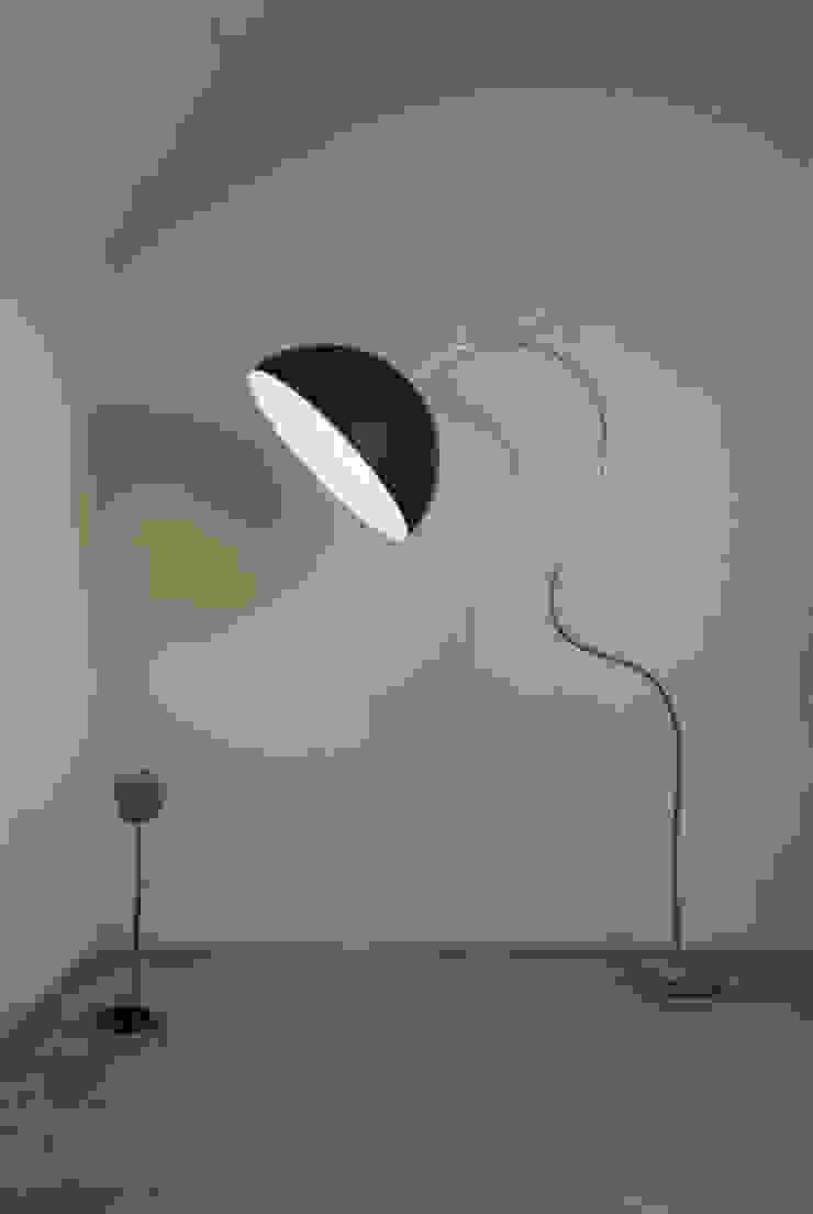 Mezza luna piantana di in-es.artdesign Moderno