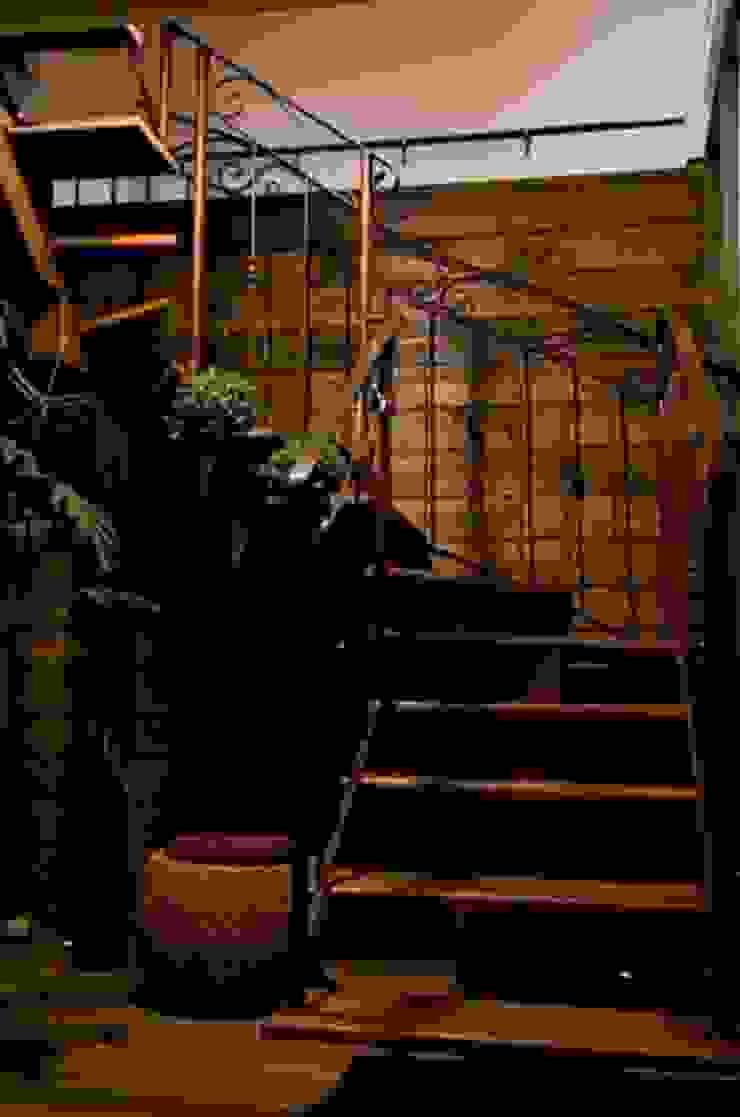 Loft-Container 20' Ferraro Habitat Corredores, halls e escadas minimalistas
