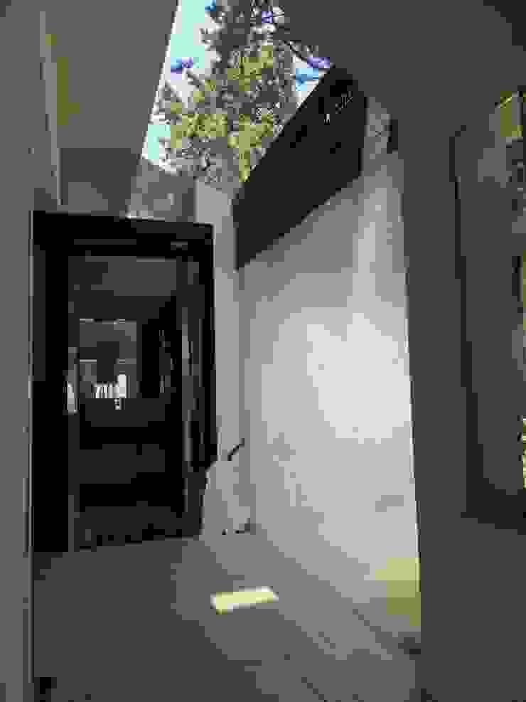 CASA CON PISCINA Ingresso, Corridoio & Scale in stile minimalista di Rosa Vetrano Architetto Minimalista