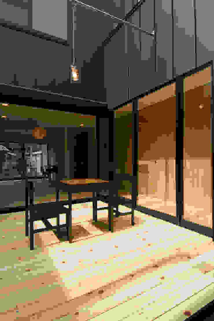 つながる家 モダンデザインの テラス の スペースワイドスタジオ モダン