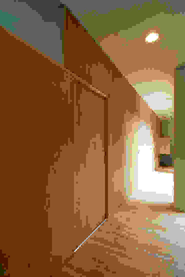 つながる家 モダンスタイルの 玄関&廊下&階段 の スペースワイドスタジオ モダン