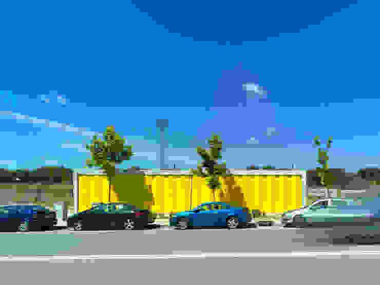 PABELLONES DE ARBOLADO:  de estilo industrial de Israel Alba, Industrial