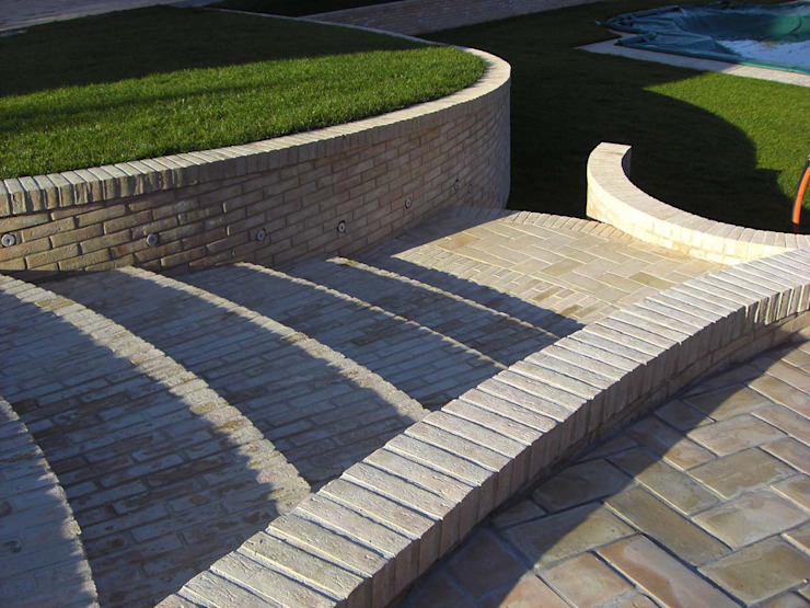 Klasyczny ogród od Studio Tecnico Arch. Lodovico Alessandri Klasyczny
