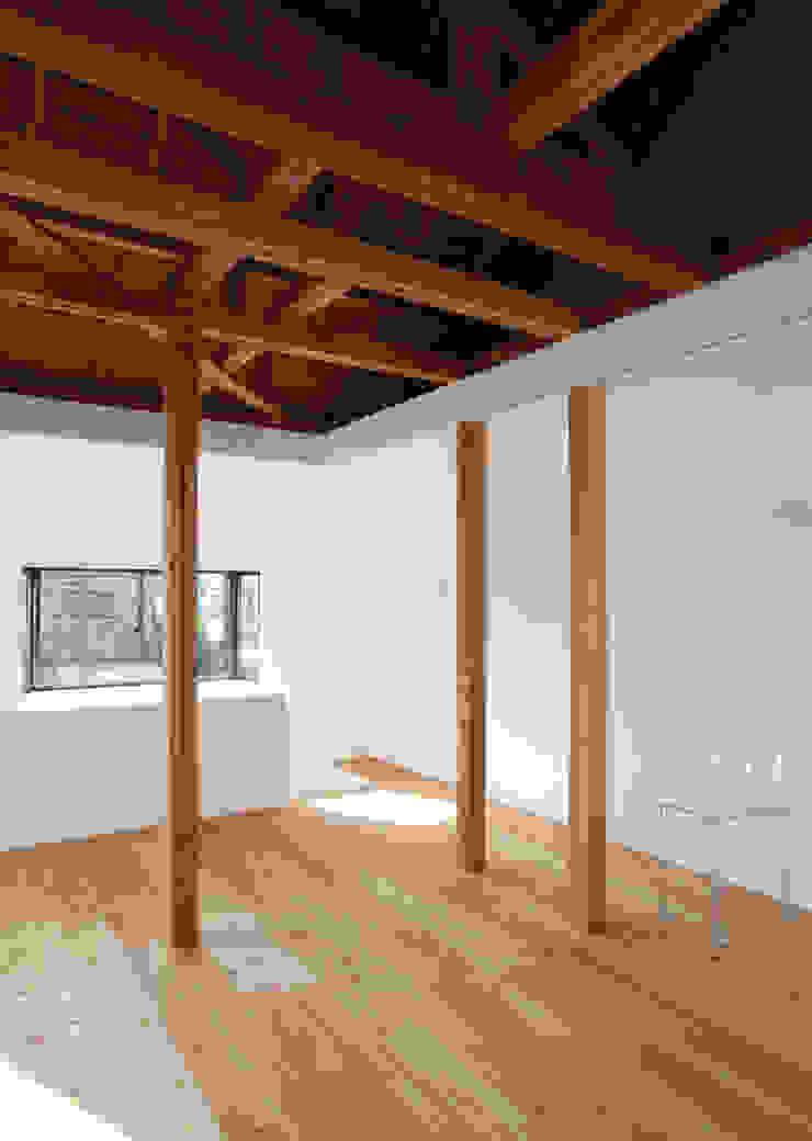 House K Salas de estilo moderno de kosuke sakai & associates Moderno