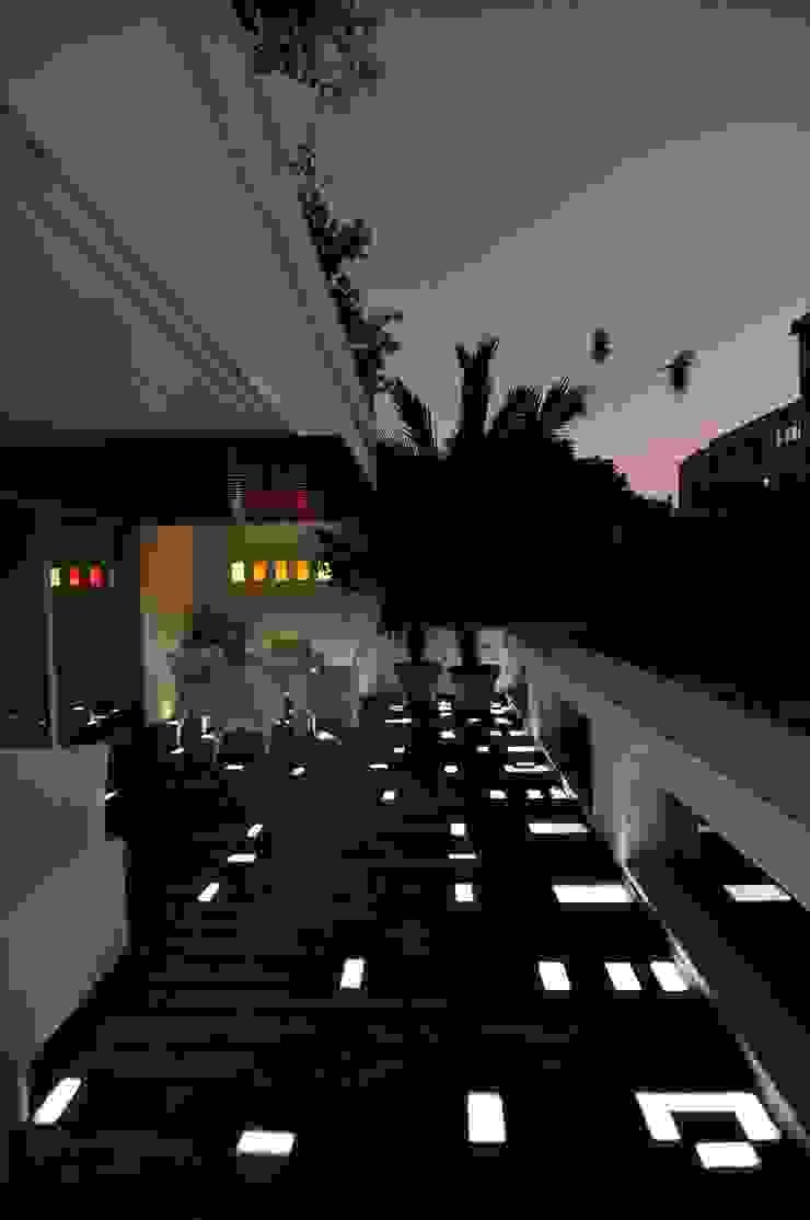 J TERRACE Balcony, veranda & terrace by SHROFFLEóN