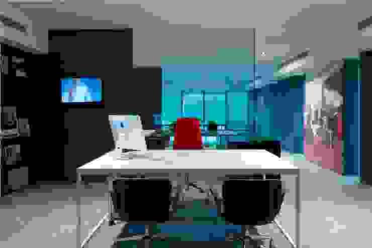 Reception Area Minimalist office buildings by Ashleys Minimalist