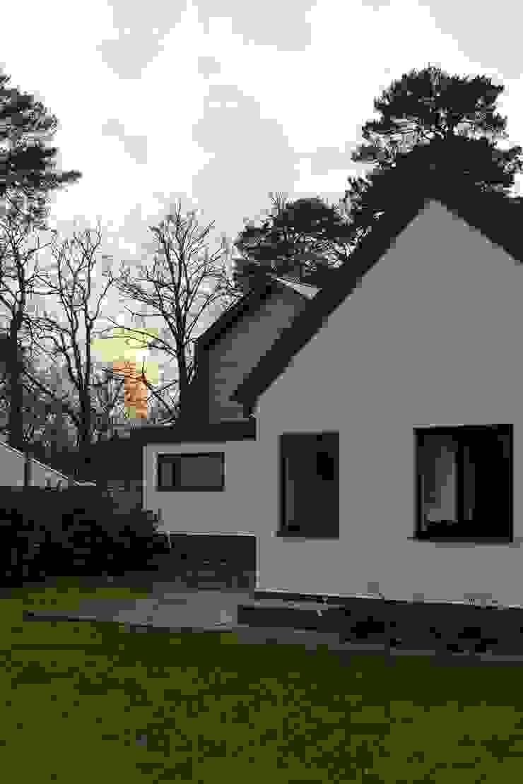 House in Hiltingbury: modern  by LA Hally Architect, Modern