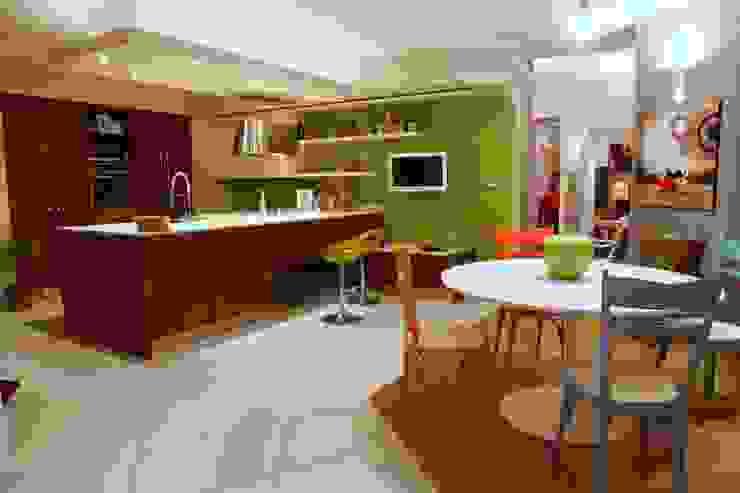 vista d'insieme dell'area pranzo e cottura Case moderne di Architetto Monica Becchio Moderno