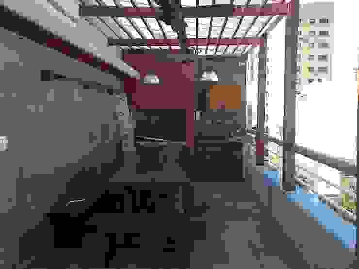 Rustykalny balkon, taras i weranda od Remodelaciones SF Rustykalny