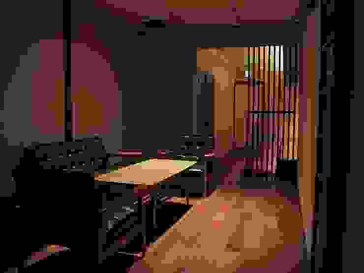 板間からカウンター方向を見る クラシックデザインの リビング の 古津真一 翔設計工房一級建築士事務所 クラシック