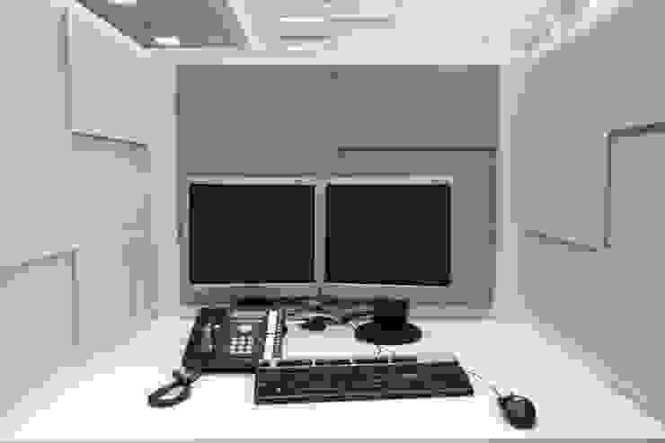 Przestrzeń biurowa by Mikomax - stanowisko pracy Nowoczesne domowe biuro i gabinet od FLUFFO fabryka miękkich ścian Nowoczesny