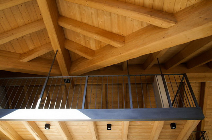soppalco appeso Balcone, Veranda & Terrazza in stile rustico di enrico girardi architetto Rustico